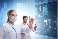 Los doctores en el concepto futuro de la telemedicina fotos de archivo