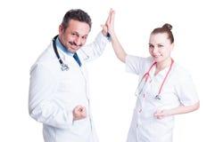 Los doctores felices del equipo dan el alto cinco y celebran éxito Imagen de archivo libre de regalías
