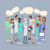 Los doctores intermedios Team Chat Bubble Communication del grupo Foto de archivo libre de regalías