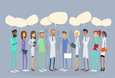 Los doctores intermedios Team Chat Bubble Communication del grupo Fotografía de archivo libre de regalías