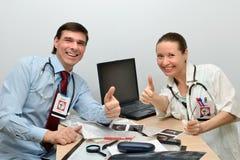 Los doctores sirven y la mujer es éxito feliz imagen de archivo libre de regalías