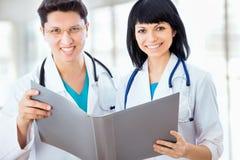 Los doctores trabajan en un hospital Foto de archivo