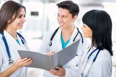 Los doctores trabajan en un hospital fotografía de archivo libre de regalías