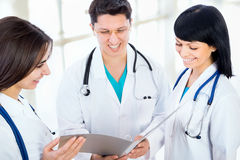 Los doctores trabajan en un hospital Foto de archivo libre de regalías