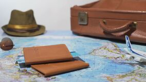 Los documentos de viaje y el equipaje embalaron para el viaje en avión, vacaciones de verano, turismo metrajes
