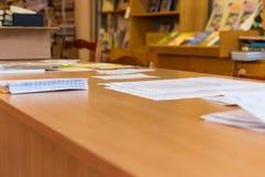 Los documentos están en la tabla Fotografía de archivo libre de regalías
