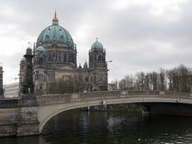 Los Dom de Berlin Cathedral/del berlinés y Schloss tienden un puente sobre/Schlossbrucke, Berlín, Alemania imagenes de archivo