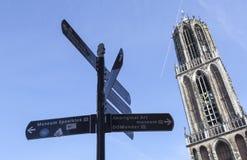 Los Dom se elevan en la ciudad holandesa de las señales de Utrecht y de dirección Imagen de archivo libre de regalías