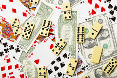 Los dominós se dispersan en tarjetas y dinero Imagen de archivo libre de regalías