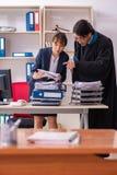 Los dos abogados que trabajan en la oficina fotografía de archivo