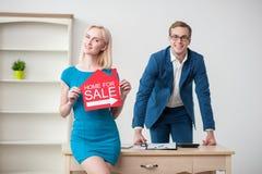 Los dos agentes inmobiliarios atractivos son publicidad su imagenes de archivo