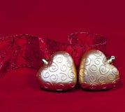 Los dos corazones y la cinta decorativa del Año Nuevo del oro Imágenes de archivo libres de regalías