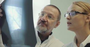 Los dos doctores Discussing una imagen de la radiografía metrajes
