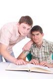 Los dos estudiantes con el libro Fotografía de archivo libre de regalías