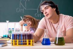 Los dos estudiantes de los químicos en sala de clase fotografía de archivo