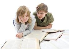 Los dos estudiantes jovenes aislados en un blanco Fotos de archivo