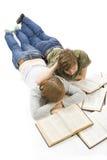 Los dos estudiantes jovenes aislados en un blanco Imagen de archivo