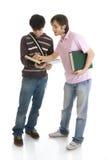 Los dos estudiantes jovenes aislados en un blanco Foto de archivo