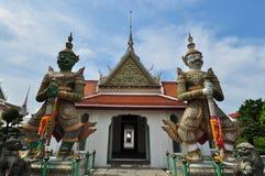 Los dos gigantes delante del templo imagen de archivo libre de regalías