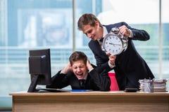 Los dos hombres de negocios de los gemelos que discuten con uno a sobre plazo Fotografía de archivo