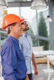 Los dos ingenieros de sexo masculino alegres están trabajando con alegría Foto de archivo