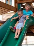 Los dos muchachos jugaron en la colina en el patio fotos de archivo
