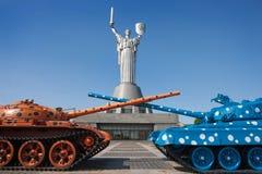 Los dos tanques contra la perspectiva del monumento Fotografía de archivo libre de regalías