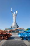 Los dos tanques contra la perspectiva del monumento Fotografía de archivo