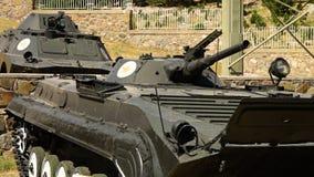 Los dos tanques de batalla viejos almacen de metraje de vídeo