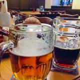 Los dos vidrios de cerveza checa en una tabla de madera del barril Imagenes de archivo