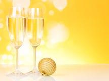 Los dos vidrios del Año Nuevo con champán y el abeto Imagen de archivo