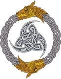 Los dragones de oro en la guirnalda de plata con el cuerno triple de Odin adornaron con los ornamentos de Scandinavic Fotos de archivo