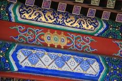 Los dragones y geométricos pintados y los estampados de flores adornan un palacio (China) Foto de archivo libre de regalías