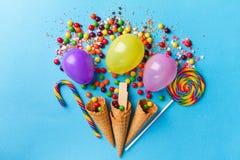 Los dulces apetitosos sabrosos de los accesorios del partido falsifican el ramo hecho a mano Foto de archivo libre de regalías