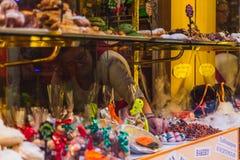Los dulces múltiples en la tienda dejan de lado con los precios Comida popular de la calle en Italia imagen de archivo