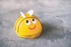 Los dulces tradicionales del mazapán, confitería, se apelmazan Una torta en la forma de una abeja Copie el spase imagen de archivo