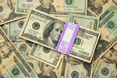 Los E.E.U.U. 100 y 20 cuentas de dólar Fotos de archivo libres de regalías