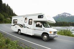 Los E.E.U.U., Alaska, conducción de vehículo recreativo en el camino Fotos de archivo libres de regalías