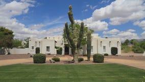 Los E.E.U.U., Arizona/Phoenix: Casa de Adobe del renacimiento del pueblo/Saguaro Front Yard imagenes de archivo