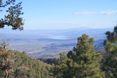Los E.E.U.U., Arizona: Valle de Rver de la sal con Roosevelt Lake Foto de archivo libre de regalías