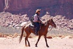 Los E.E.U.U. - montar a caballo en valle del monumento Foto de archivo