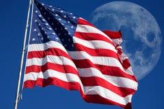 Los E.E.U.U. señalan por medio de una bandera con la luna en cielo Fotografía de archivo