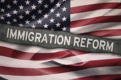 Los E.E.U.U. señalan por medio de una bandera con palabra de la reforma de inmigración stock de ilustración