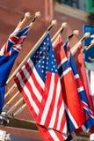 Los E.E.U.U. señalan por medio de una bandera con poste de madera Imagenes de archivo