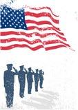 Los E.E.U.U. señalan por medio de una bandera con saludar de los soldados. Fotografía de archivo libre de regalías