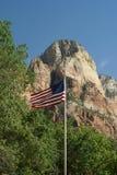 Los E.E.U.U. señalan por medio de una bandera en el parque nacional de Zion, Utah Imagenes de archivo
