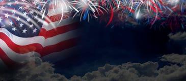 Los E.E.U.U. señalan por medio de una bandera en fondo de la nube y del cielo con los fuegos artificiales Imágenes de archivo libres de regalías