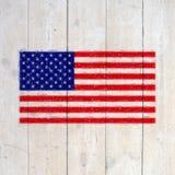 Los E.E.U.U. señalan por medio de una bandera en la pared de madera vieja fotos de archivo libres de regalías