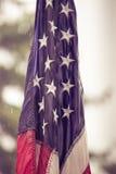 Los E.E.U.U. señalan por medio de una bandera en lluvia fotos de archivo