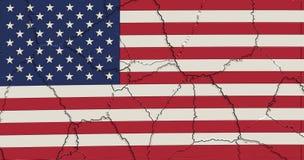 Los E.E.U.U. señalan por medio de una bandera machacado y agrietado Imagenes de archivo